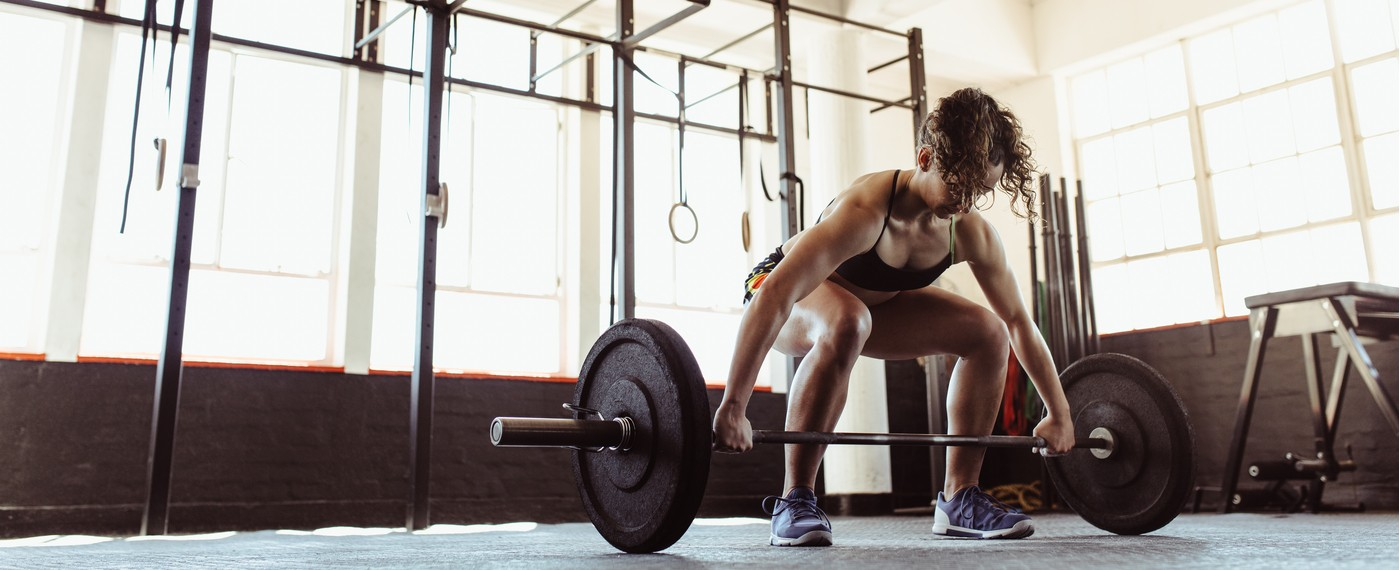 woman lifting weights to lose weight