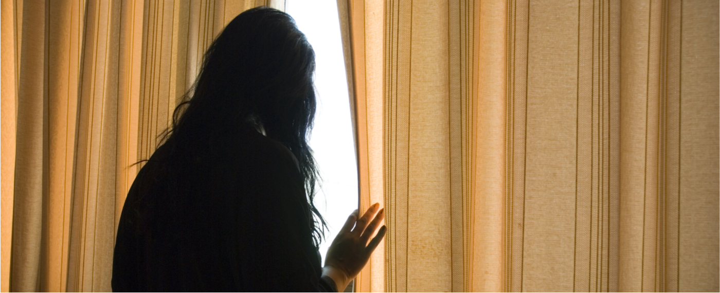 A woman suffering from a nervous breakdown feels trapped in her room